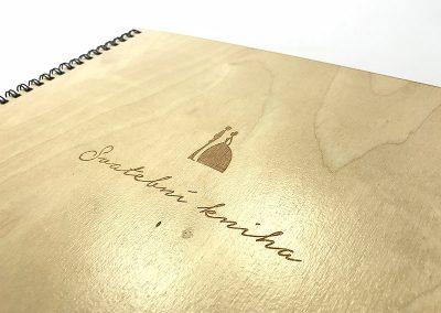 gravirovana-drevena-svatebni-kniha